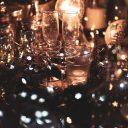 Foto van champagneglazen bij sfeervol licht